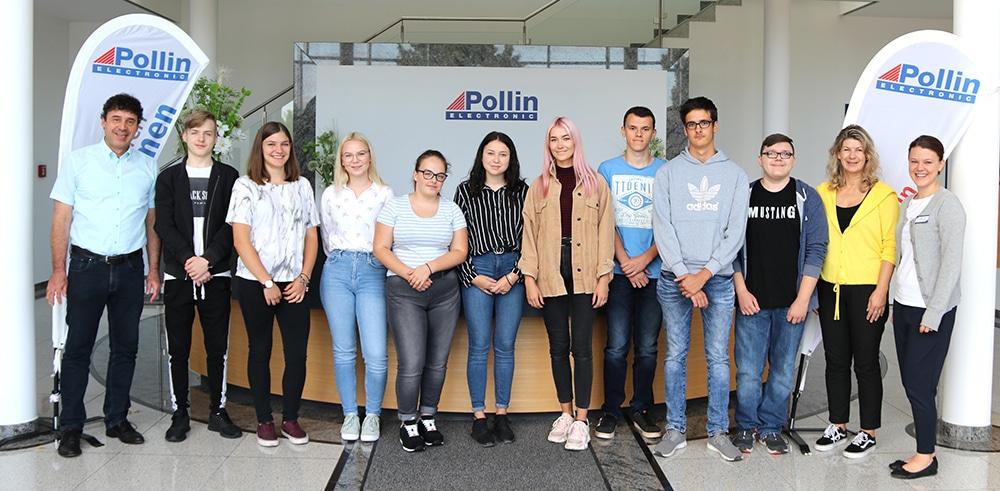 Geschäftsführer Max Pollin, Roswitha Pollin und Julia Steinhauser (Personalabteilung) mit den neun neuen Auszubildenden